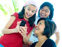 Jonge gelukkig en meisjes die lachen Royalty-vrije Stock Afbeeldingen