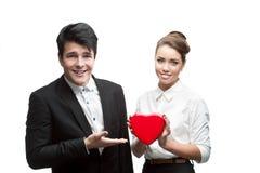 Jonge gelukkige bedrijfsmensen die rode Valentijnskaart houden Royalty-vrije Stock Foto