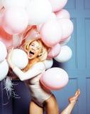 Jonge gelukkige blonde echte vrouw die met baloons, concept van levensstijl het echte mensen dicht omhoog glimlachen stock foto
