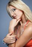 Jonge gelukkige blonde vrouw. stock afbeeldingen