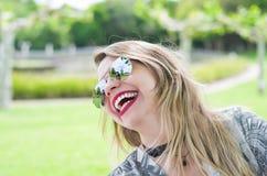 Jonge gelukkige blondevrouw stock foto