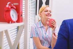 Jonge gelukkige collega's die vrije tijd hebben en koffie drinken Bedrijfscollega die koffiepauze in het bureau hebben stock foto