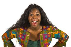 Jonge gelukkige en aantrekkelijke zwarte Afrikaanse Amerikaanse vrouw in kleurrijke modieus overhemd acteren speelse en opgewekte royalty-vrije stock fotografie