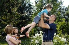 Jonge gelukkige familie Royalty-vrije Stock Afbeeldingen