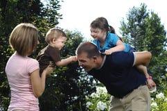 Jonge gelukkige familie Royalty-vrije Stock Foto's