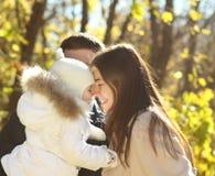 Jonge gelukkige familie in de herfstpark Stock Foto's