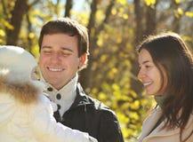 Jonge gelukkige familie in de herfstpark Stock Fotografie