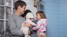 Jonge gelukkige familie dichtbij het huis stock footage