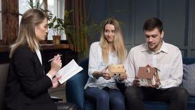 Jonge gelukkige familie in het architectenbureau stock video