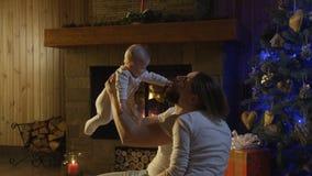 Jonge gelukkige familie met zuigeling het vieren Kerstmis stock footage