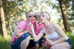 Jonge gelukkige familie op de gang Royalty-vrije Stock Foto