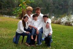 Jonge gelukkige familie van vijf stock foto