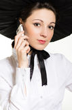 Jonge gelukkige glimlach elegante vrouw met mobiele telefoon die zwarte & witte Victoriaanse stijlkleding & hoed dragen Royalty-vrije Stock Foto's