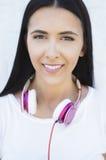 Jonge gelukkige glimlachende vrouw Royalty-vrije Stock Foto