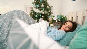 Jonge gelukkige het glimlachen vrouwenontwaken stock videobeelden
