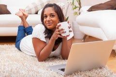 Jonge gelukkige Indische vrouw die laptop met behulp van Royalty-vrije Stock Foto