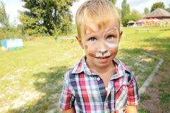 Jonge gelukkige jongen in de hondsamenstelling Geschilderde kinderen Royalty-vrije Stock Afbeeldingen