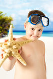 Jonge gelukkige jongen die pret op tropisch strand hebben stock afbeeldingen