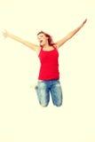 Jonge gelukkige Kaukasische vrouw die in de lucht springt Royalty-vrije Stock Foto's