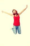 Jonge gelukkige Kaukasische vrouw die in de lucht springt Royalty-vrije Stock Afbeeldingen