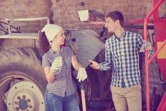 Jonge gelukkige landbouwers die een pauze nemen stock foto's