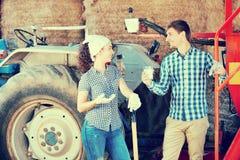 Jonge gelukkige landbouwers die een pauze nemen royalty-vrije stock foto's