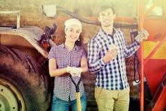 Jonge gelukkige landbouwers die een pauze nemen stock afbeeldingen