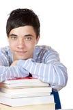 Jonge gelukkige mannelijke student die op studieboeken leunt royalty-vrije stock foto's