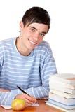 Jonge gelukkige mannelijke student die thuiswerk doet Royalty-vrije Stock Foto's