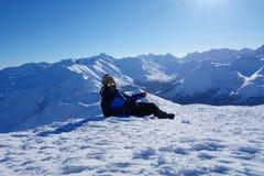 Jonge gelukkige mens bij de bovenkant van Kopa Kondracka tijdens de winter, Zakopane, Tatry-bergen, Polen royalty-vrije stock fotografie