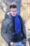 Jonge gelukkige mens met sjaal Royalty-vrije Stock Afbeeldingen