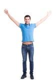 Jonge gelukkige mens in toevallig met opgeheven omhoog handen. Royalty-vrije Stock Foto's