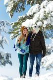 Jonge gelukkige mensen in de winter Royalty-vrije Stock Afbeeldingen