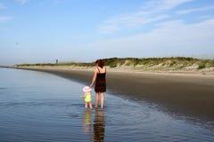 Jonge gelukkige moeder met dochter stock foto's