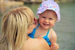 Jonge gelukkige mooie moeder en haar dochter die pret op hebben Stock Afbeelding