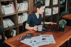Jonge gelukkige ondernemer en viering voor de opdracht thuis bureau van het voltooiingssucces Conceptueel voor kleine onderneming Royalty-vrije Stock Afbeelding
