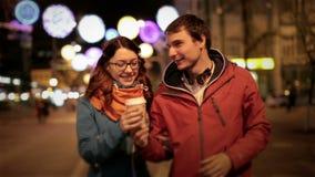 Jonge gelukkige paarmens en het aantrekkelijke meisje lopen stock video