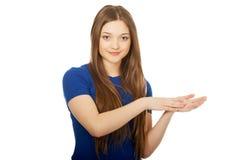 Jonge gelukkige slaande vrouw stock afbeeldingen