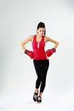 Jonge gelukkige sportenvrouw die zich met bokshandschoenen bevinden Royalty-vrije Stock Foto
