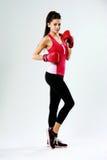 Jonge gelukkige sportenvrouw die zich met bokshandschoenen bevinden Royalty-vrije Stock Afbeelding