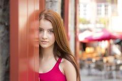 Jonge gelukkige tiener in stedelijke plaats Stock Foto