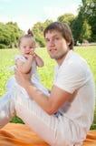 Jonge gelukkige vader met dochter in het park royalty-vrije stock afbeeldingen