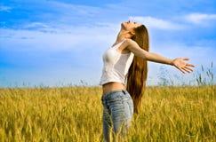 Jonge gelukkige vrouw Stock Foto's