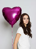 Jonge gelukkige vrouw De dag van de valentijnskaart `s Stock Foto