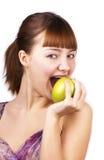 Jonge gelukkige vrouw die een appel eet Stock Afbeeldingen