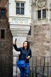 Jonge gelukkige vrouw die een selfie nemen bij Corvin-Kasteel, Roemenië Stock Fotografie