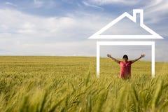 Jonge gelukkige vrouw die van nieuw huis geniet Stock Foto's
