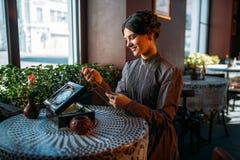 Jonge gelukkige vrouw in koffie met kist en juwelen Royalty-vrije Stock Foto's