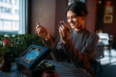 Jonge gelukkige vrouw in koffie met kist en juwelen Royalty-vrije Stock Afbeelding