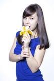 Jonge gelukkige vrouw met banaan Stock Afbeeldingen